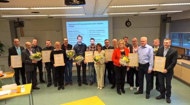 Kuva Teknologiateollisuuden www-sivulta tilaisuudesta, jossa palkinnot jaettiin. Vasemmalla lehtori Kari Vesaluoma ja koulutuspäällikkö Ari Pöllänen.